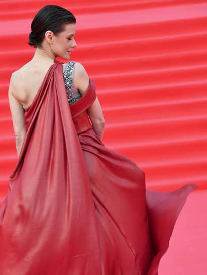 Актриса Екатерина Шпица на красной дорожке перед началом церемонии закрытия Московского международного кинофестиваля