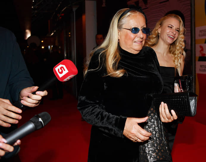 Президент благотворительного фонда «Русский силуэт» Татьяна Михалкова (слева) перед началом церемонии закрытия Московского международного кинофестиваля