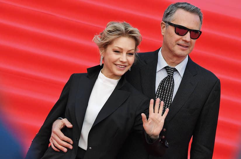 Актриса Алена Бабенко и ее супруг, бизнесмен Эдуард Субоч на красной дорожке перед началом церемонии закрытия Московского международного кинофестиваля