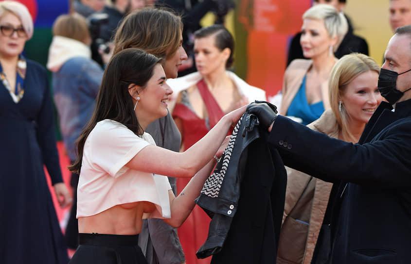 Актриса Мария Андреева (слева) перед началом церемонии закрытия Московского международного кинофестиваля