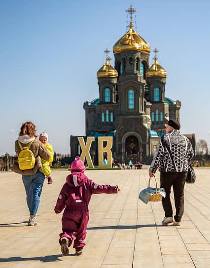 Местные жители идут на освящение пасхальных куличей и яиц в храм Воскресения Христова в Одинцово в Подмосковье
