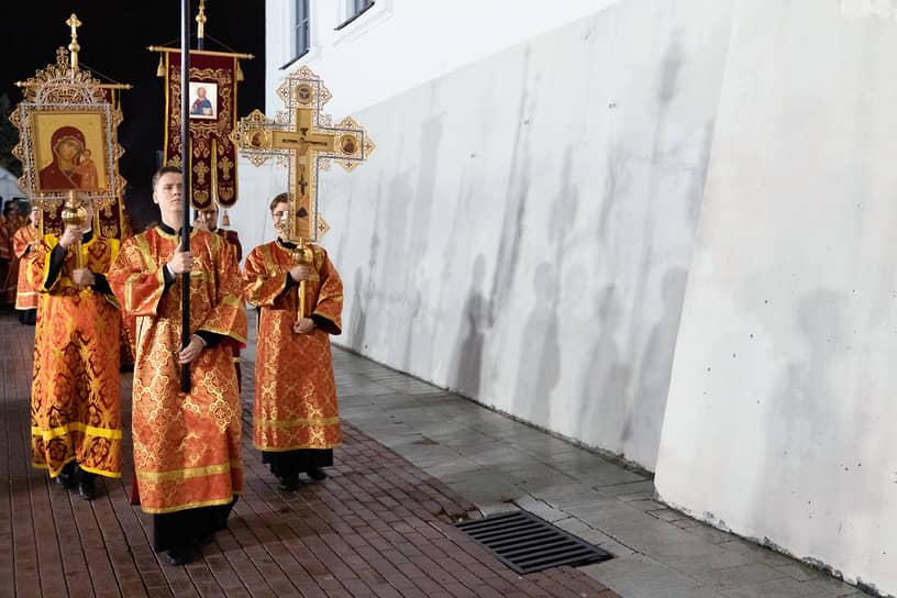 Крестный ход и пасхальное богослужение в Благовещенском соборе в Казани