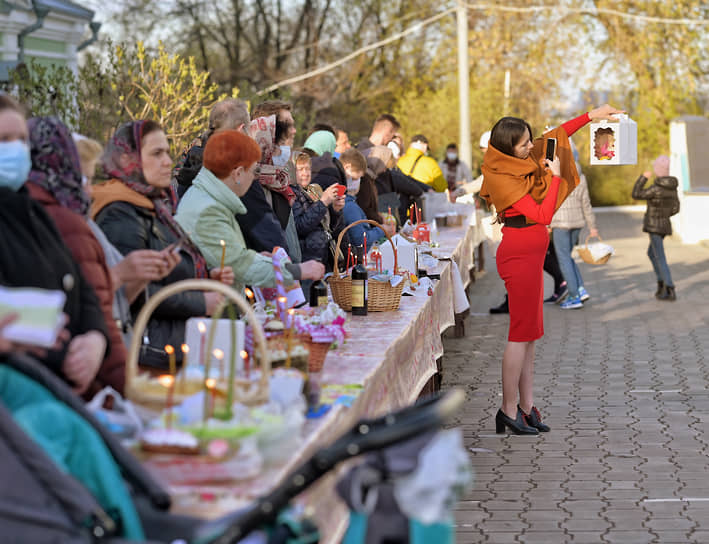 Верующие во время освящения пасхальных куличей, яиц и пасхи в храме Воскресения Христова в Одинцово в Подмосковье