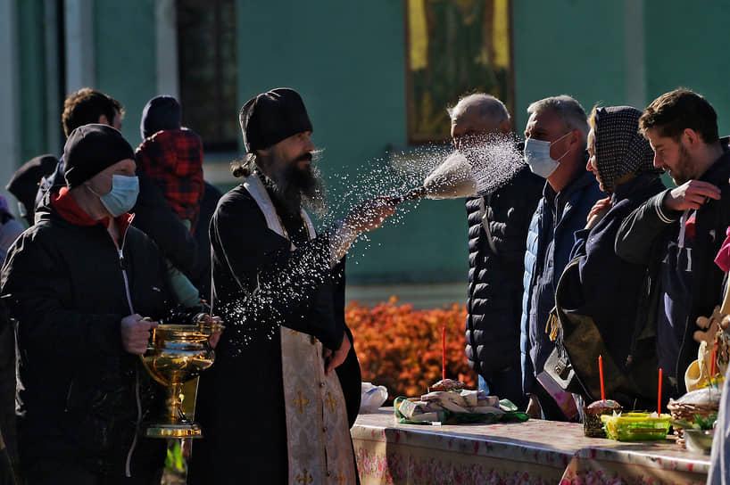 Освящение пасхальных куличей, яиц и пасхи в храме Воскресения Христова в Одинцово в Подмосковье