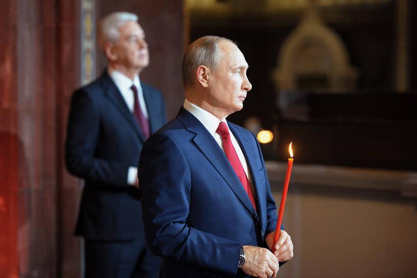 Президент России Владимир Путин (справа) и мэр Москвы Сергей Собянин во время пасхального богослужения в храме Христа Спасителя в Москве