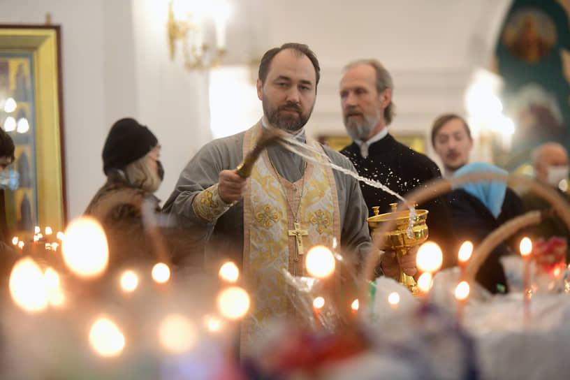 Освящения пасхальных куличей и яиц во Владимирском соборе в Санкт-Петербурге