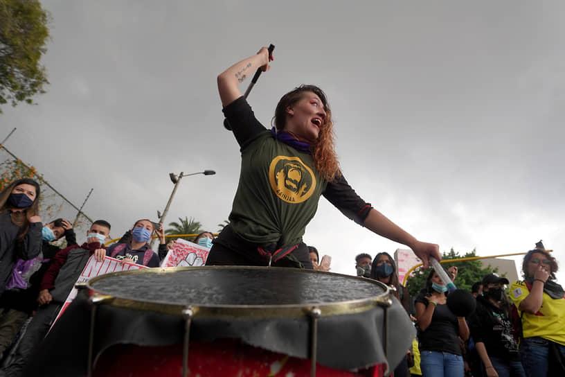Богота, Колумбия. Участница акции против полицейского насилия