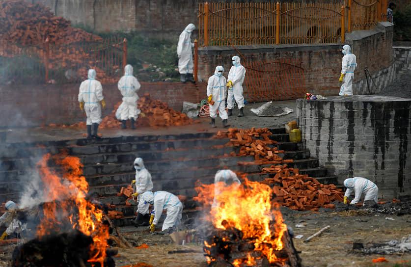 Катманду, Непал. Сжигание тел погибших от коронавирусной инфекции