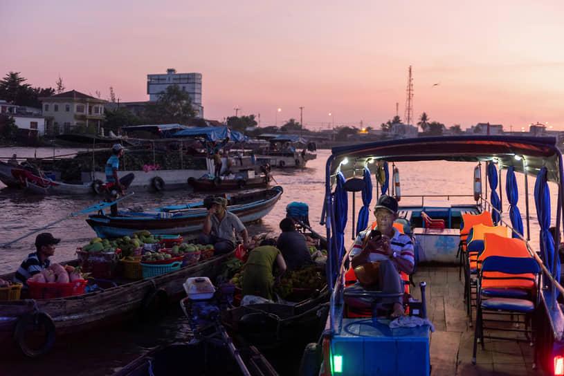 Кантхо, Вьетнам. Уличные торговцы на реке Меконг