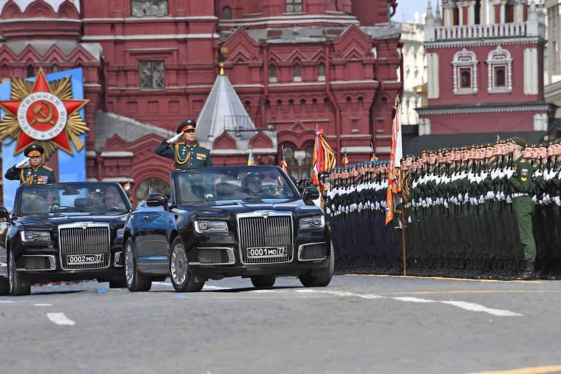Главнокомандующий сухопутными войсками России Олег Салюков (слева) во время генеральной репетиции парада