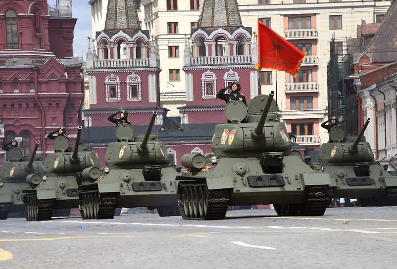 Танки Т-34-85 на репетиции парада