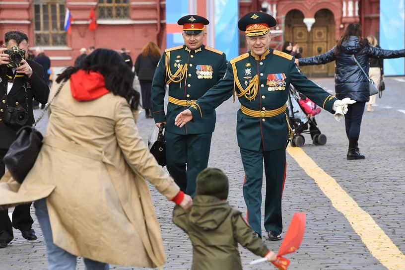 Главнокомандующий сухопутными войсками России Олег Салюков (справа)