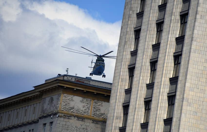 Вертолет на репетиции парада Победы