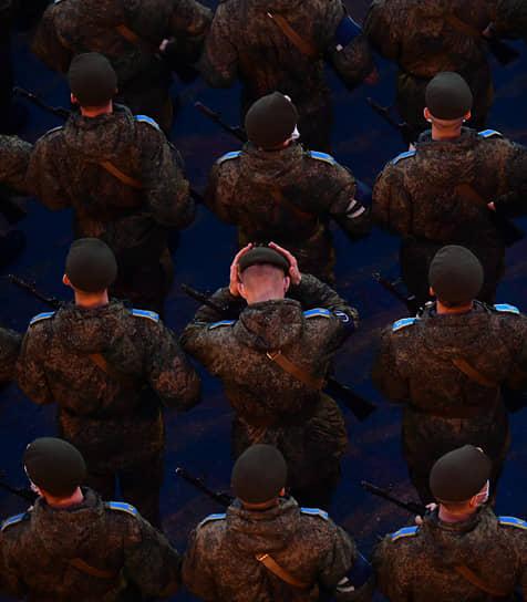 Военнослужащие во время репетиции парады Победы