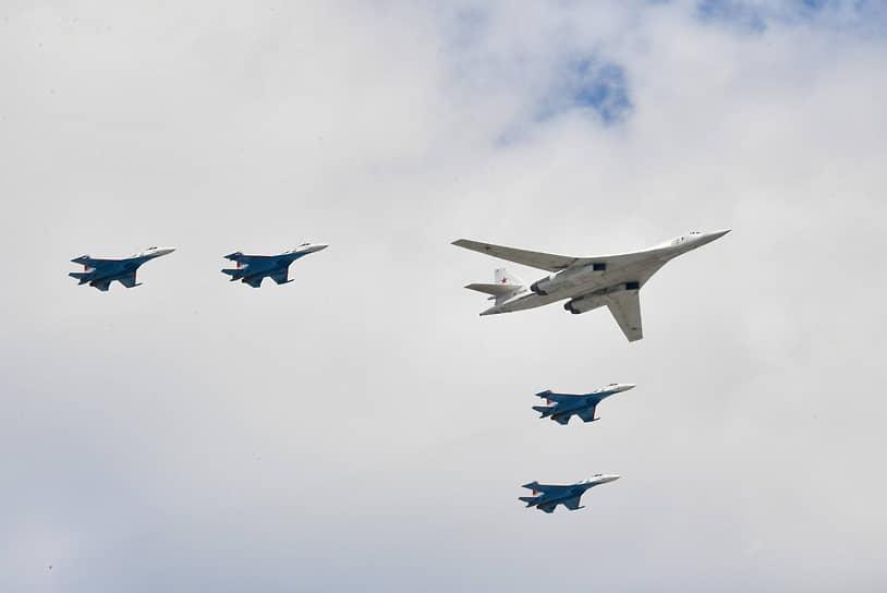 Впервые в воздушной части парада демонстрируется группа из стратегического ракетоносца Ту-160 и четырех Су-35С
