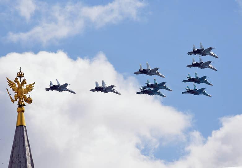 Строй «тактическое крыло» из истребителей Су-30СМ, Су-35С и бомбардировщиков Су-34 во время репетиции