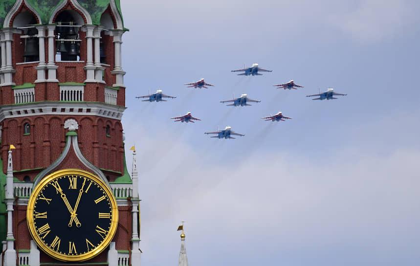 Военные самолеты в небе над Москвой
