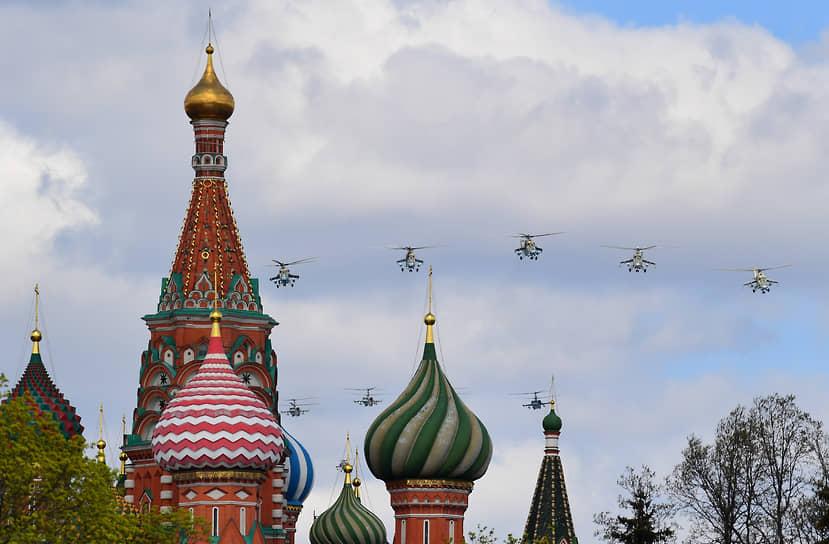 Над Красной площадью пролетели три тяжелых вертолета Ми-26, за ними прошли пятерки вертолетов Ми-8, Ми-24/Ми-35, Ка-52 и Ми-28Н