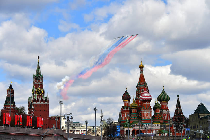Самолеты-штурмовики Су-25БМ во время репетиции
