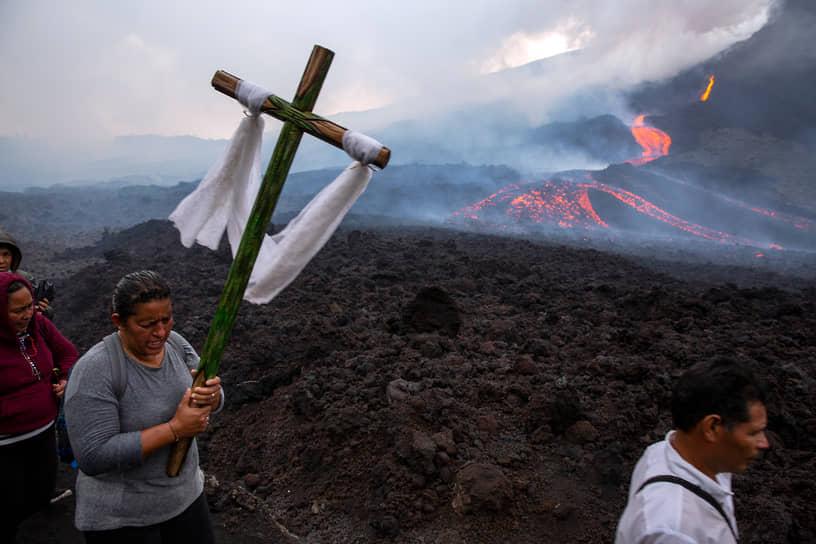 Сан-Висенте-Пакайя, Гватемала. Верующие молятся о том, чтобы вулкан прекратил извержение