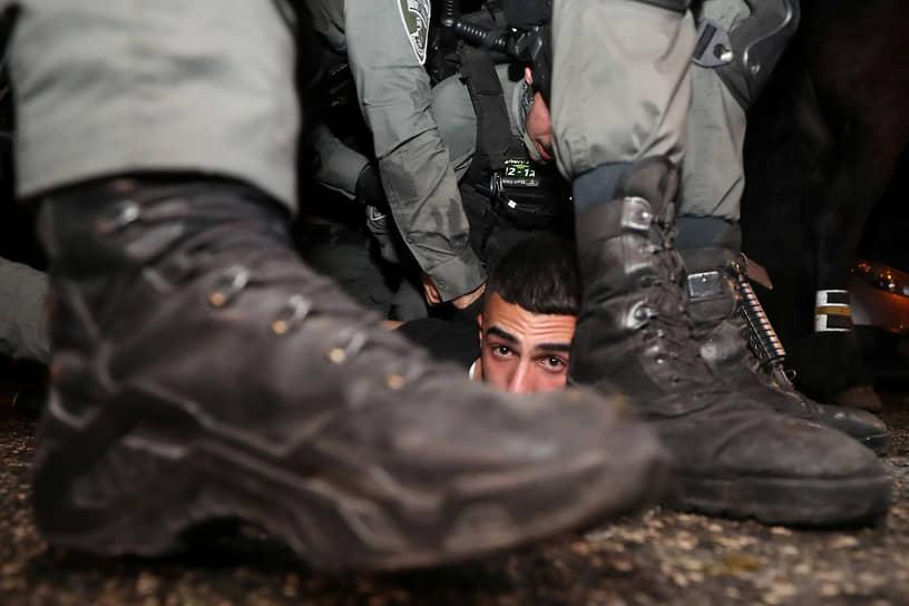Восточный Иерусалим, Палестина. Израильские полицейские задерживают протестующего палестинца