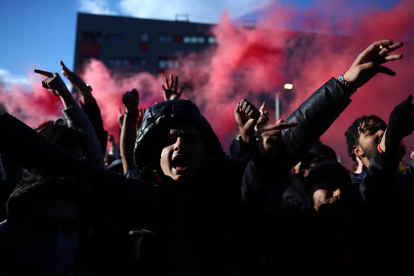 Лондон, Великобритания. Болельщики лондонского футбольного клуба «Арсенал» перед мачтем