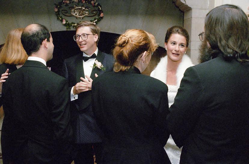 Бил Гейтс и Мелинда Френч во время приема в поместье в окрестностях Сиэтла спустя неделю после свадьбы. 1994 год