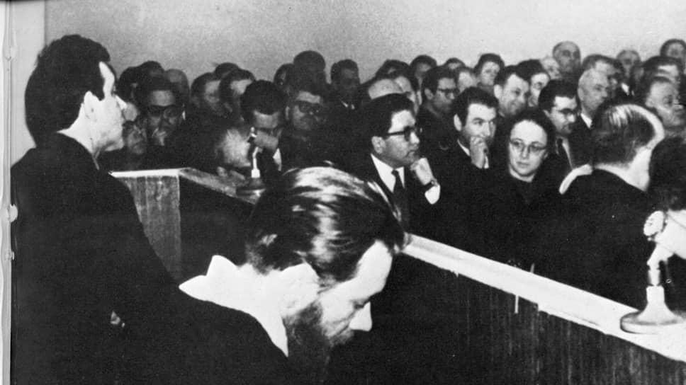 Дело писателей Андрея Синявского и Юлия Даниэля. За публикацию своих книг на Западе были обвинены в антисоветской деятельности и приговорены к заключению в исправительно-трудовой колонии строгого режима (на 7 и 5 лет соответственно)