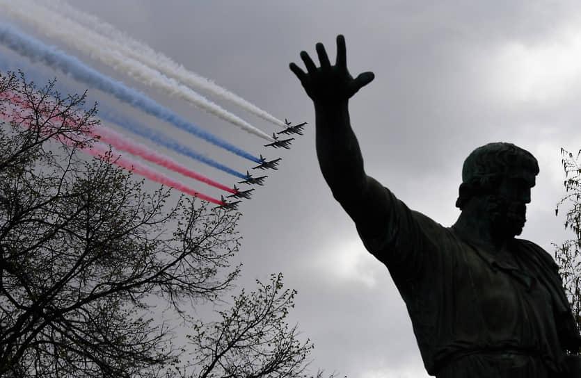 Москва. Штурмовики Су-25БМ во время репетиции воздушной части парада