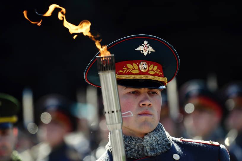 Москва, Россия. Военнослужащий на церемонии передачи частицы Вечного огня от Могилы Неизвестного солдата в Словакию
