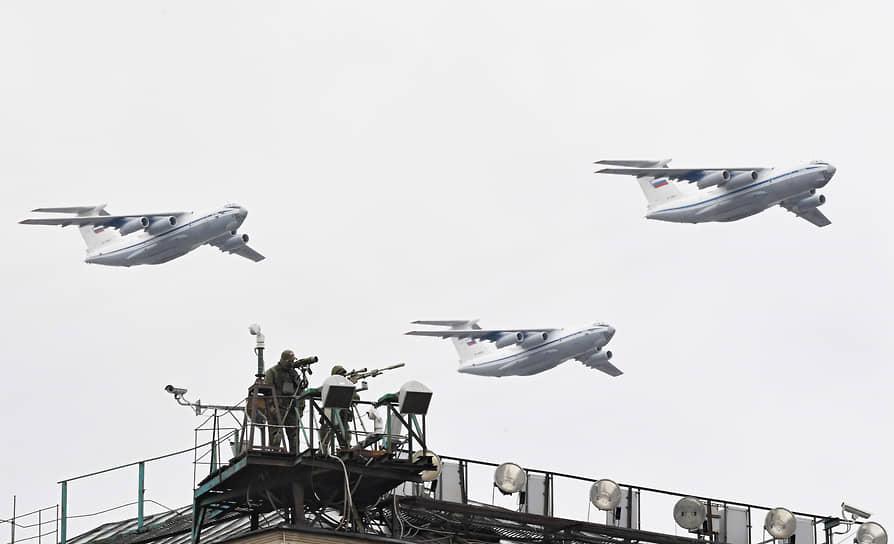 Москва. Тяжелые транспортные самолеты Ил-76 во время воздушной части парада Победы
