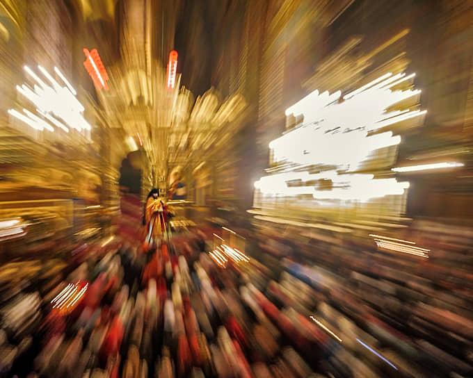 Санкт-Петербург, Россия. Священнослужитель во время богослужения в храме Успения Пресвятой Богородицы