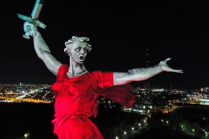 Волгоград, Россия. Монумент «Родина-мать зовет!», подсвеченный в рамках мероприятий ко Дню Победы