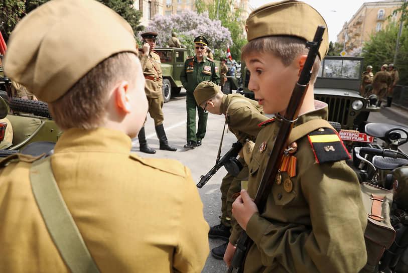 Волгоград. Мальчики в военной форме времен Великой отечественной войны перед началом парада Победы