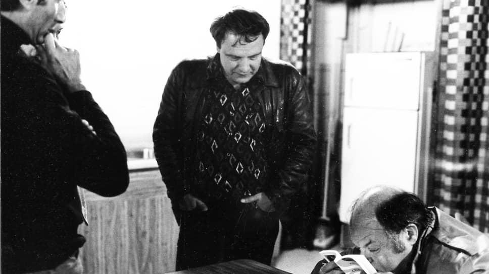 Поэт, прозаик, переводчик и драматург Наум Коржавин (справа) и писатель, ученый-нейрофизиолог Владимир Буковский (в центре)