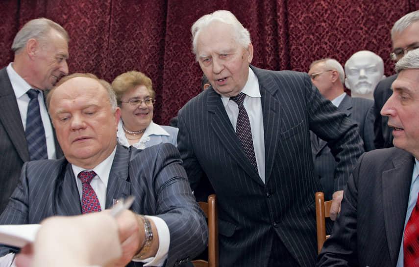 Егор Лигачев — автор книг «Загадка Горбачева», «Предостережение», «Кто предал СССР?» и других<br> На фото: с лидером КПРФ Геннадием Зюгановым