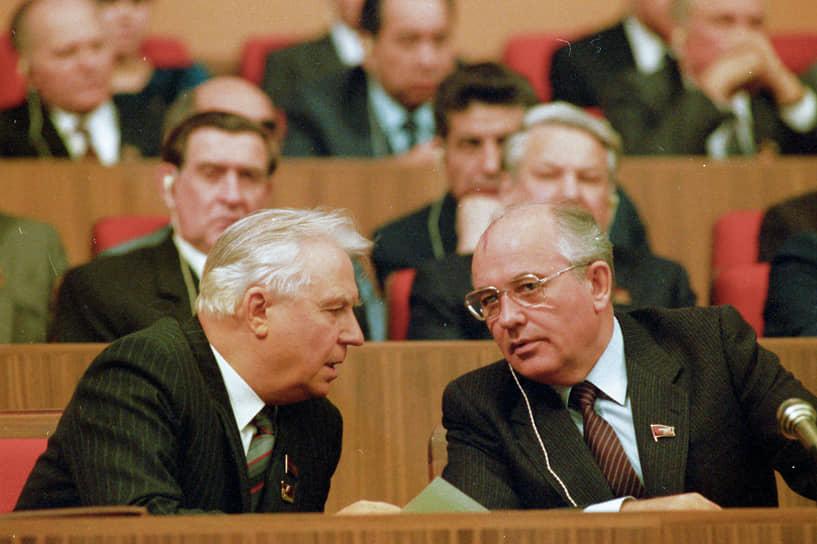 1 июля 1988 года Егор Лигачев прервал выступление первого заместителя председателя союзного Госстроя Бориса Ельцина (во втором ряду справа) словами: «Борис, ты не прав». «Нельзя молчать, потому что коммунист Ельцин встал на неправильный путь. Оказалось, что человек обладает не созидательной, а разрушительной силой»,— добавил Лигачев