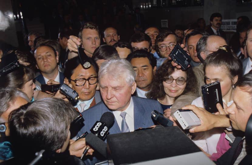 Лигачевское «Борис, ты не прав» превратило его едва ли не в символ консервативной оппозиции Борису Ельцину, популярность которого в этот момент росла по мере того, как он отмежевывался от товарищей по КПСС