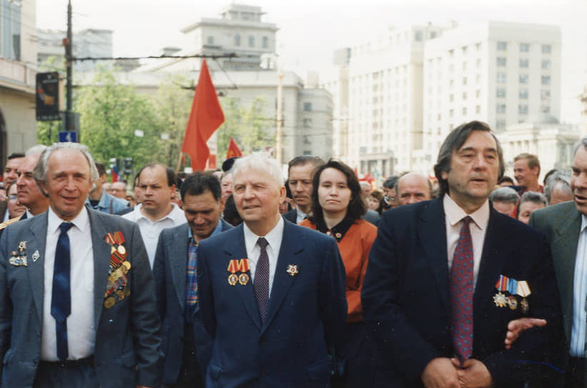 В июле 1990 года был снят со всех партийных постов и отправлен на пенсию. Являлся персональным пенсионером союзного значения<br> На фото: с писателем Александром Прохановым (справа)