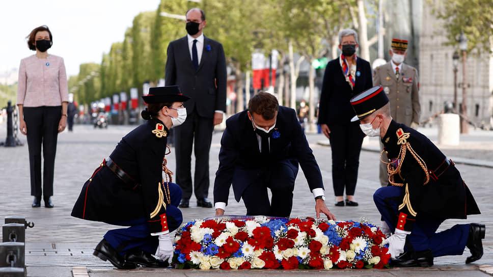 Президент Франции Эмманюэль Макрон (в центре)