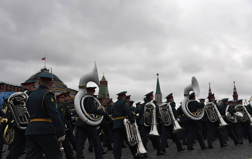 Москва. Музыканты военного оркестра перед началом парада на Красной площади, посвященного 76-й годовщине Победы в Великой Отечественной войне