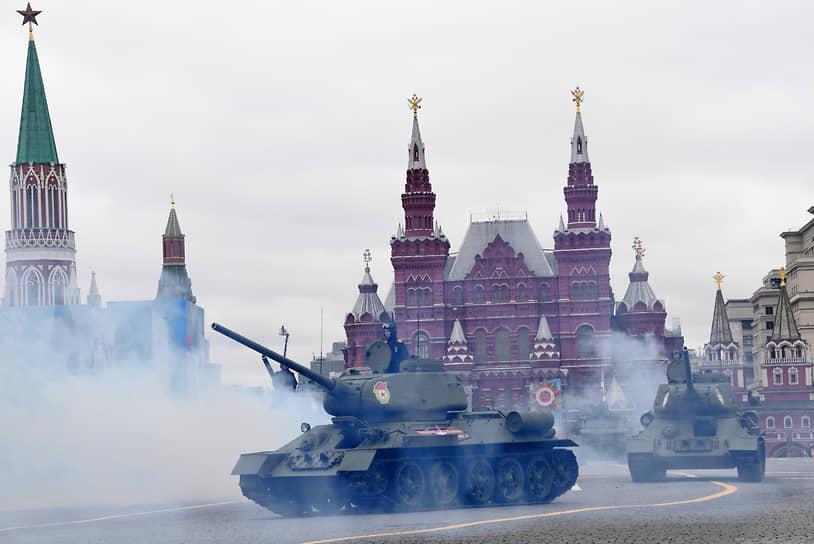 Москва. Танки Т-34-85 во время парада Победы на Красной площади