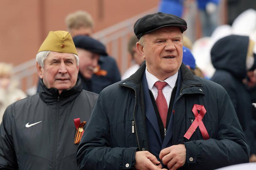 Москва. Глава КПРФ Геннадий Зюганов (справа) во время парада Победы