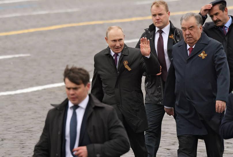 Москва. Президент России Владимир Путин и президент Таджикистана Эмомали Рахмон (второй справа) перед началом парада