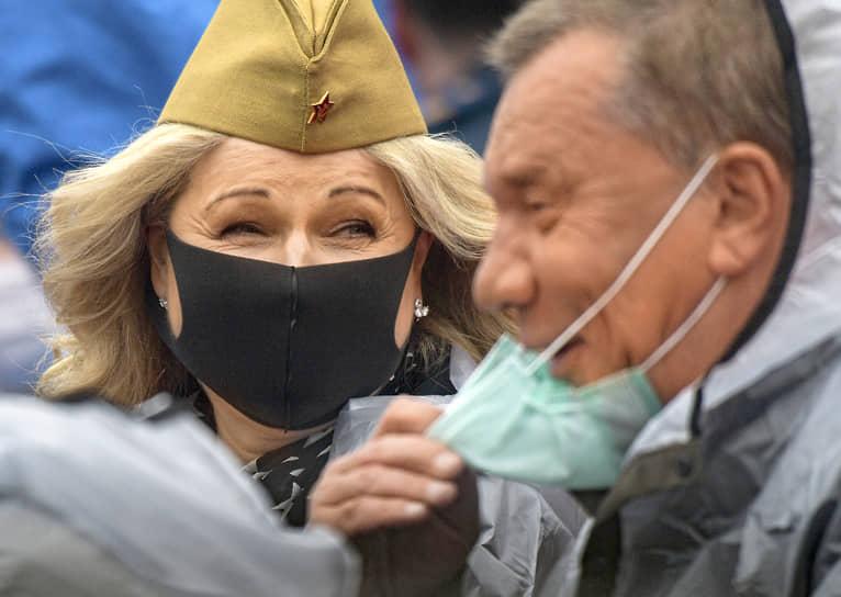 Москва. Заместители председателя правительства России Юрий Борисов (справа) и Татьяна Голикова во время парада