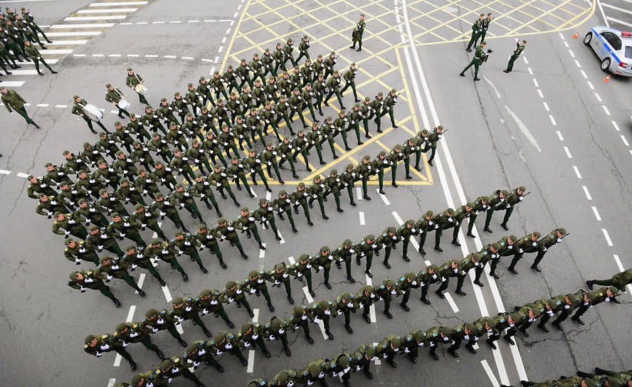 Москва. Военнослужащие в районе Устьинского моста перед началом военного парада на Красной площади