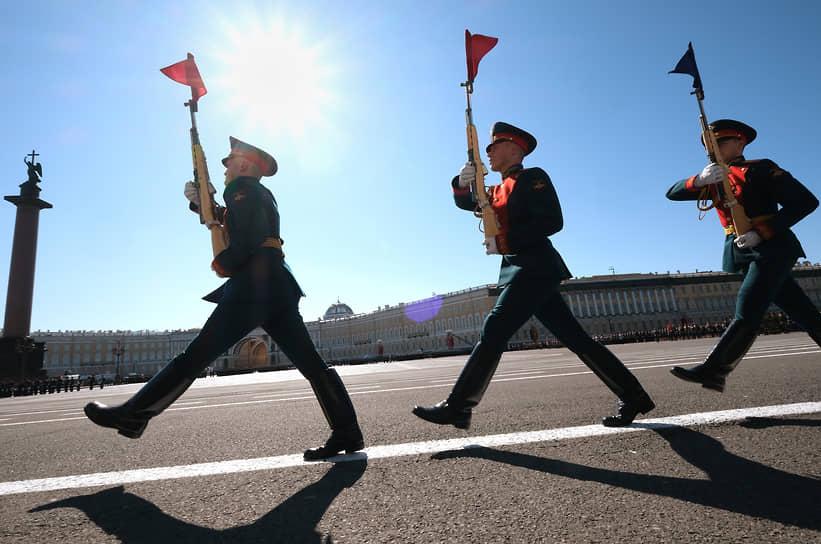 Санкт-Петербург. Военнослужащие на Дворцовой площади