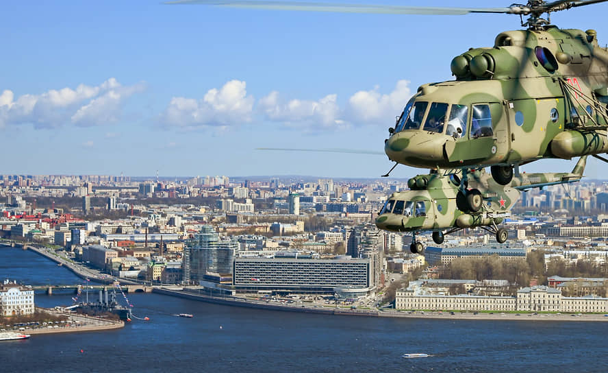 Санкт-Петербург. Вертолет Ми-8 во время воздушной части парада