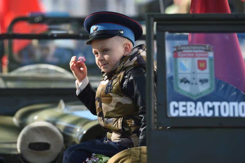 Севастополь. Мальчик с веточкой сирени во время военного парада, посвященного 76-й годовщине Победы в Великой Отечественной войне и 77-летию освобождения города