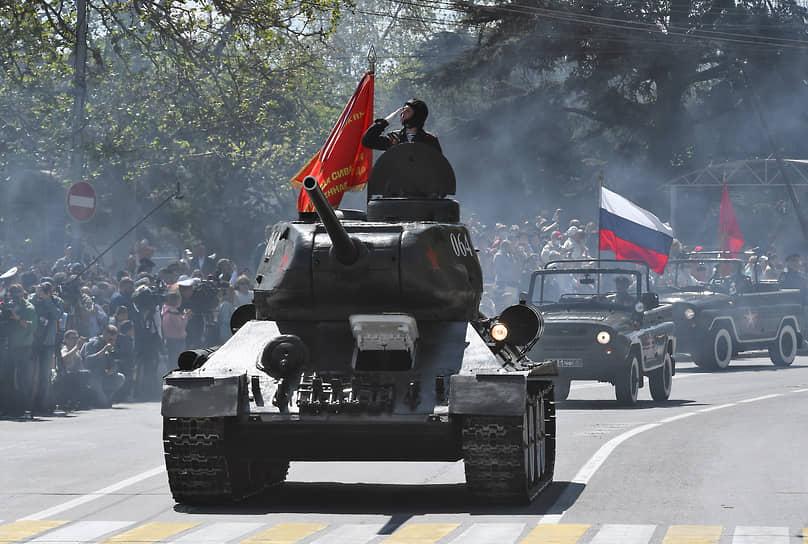Севастополь. Военный парад на площади Нахимова, посвященный 76-й годовщине Победы в Великой Отечественной войне и 77-летию освобождения города